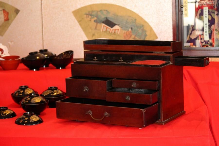 古い時代の作りの良いお品内側は黒のうるしぬり|針箱、裁縫箱 140124-01